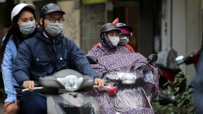 Người dân Hà Nội co ro trong cái lạnh của gió đầu mùa ảnh 14