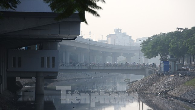 Hà Nội lại chìm trong ô nhiễm, khuyến cáo người dân hạn chế ra đường ảnh 4