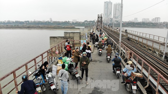 Cầu Long Biên tắc cứng vì người dân thả cá tiễn ông Công ông Táo ảnh 1