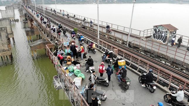Cầu Long Biên tắc cứng vì người dân thả cá tiễn ông Công ông Táo ảnh 6