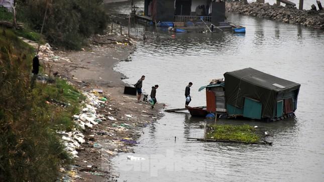Cầu Long Biên tắc cứng vì người dân thả cá tiễn ông Công ông Táo ảnh 9