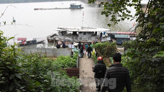 Cầu Long Biên tắc cứng vì người dân thả cá tiễn ông Công ông Táo ảnh 13