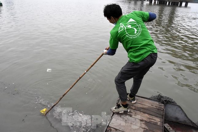 Cầu Long Biên tắc cứng vì người dân thả cá tiễn ông Công ông Táo ảnh 14