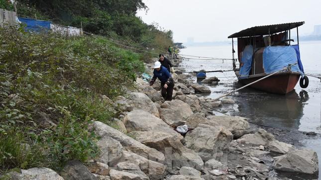 Cầu Long Biên tắc cứng vì người dân thả cá tiễn ông Công ông Táo ảnh 18