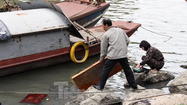 Cầu Long Biên tắc cứng vì người dân thả cá tiễn ông Công ông Táo ảnh 19