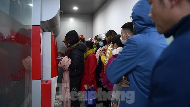 Cây ATM báo lỗi khi công nhân rồng rắn xếp hàng rút tiền ngày cuối năm ảnh 1