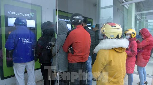 Cây ATM báo lỗi khi công nhân rồng rắn xếp hàng rút tiền ngày cuối năm ảnh 2