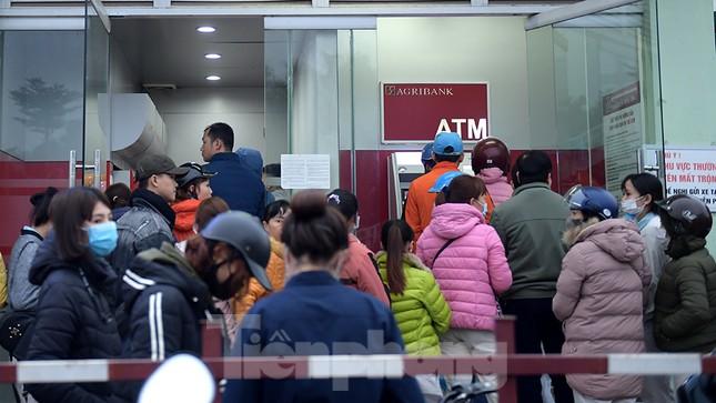 Cây ATM báo lỗi khi công nhân rồng rắn xếp hàng rút tiền ngày cuối năm ảnh 3