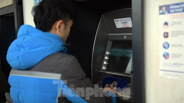 Cây ATM báo lỗi khi công nhân rồng rắn xếp hàng rút tiền ngày cuối năm ảnh 5
