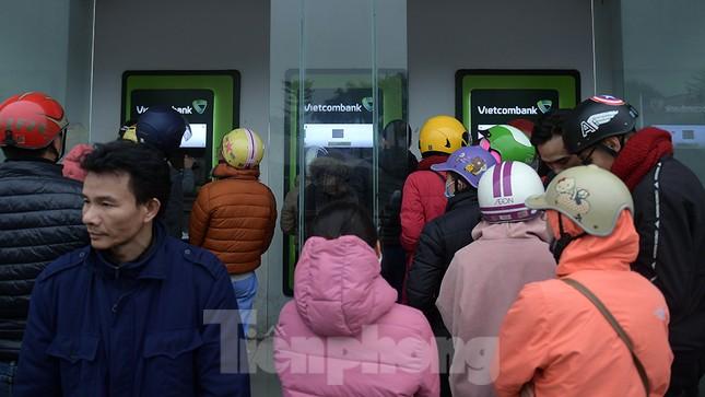 Cây ATM báo lỗi khi công nhân rồng rắn xếp hàng rút tiền ngày cuối năm ảnh 9