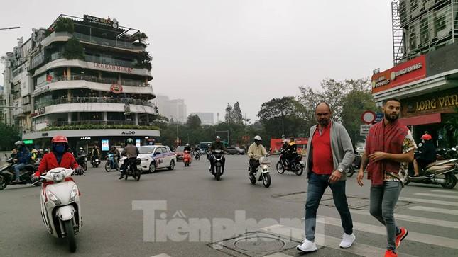 Mưa phùn phủ khắp Hà Nội ngày 27 Tết ảnh 7