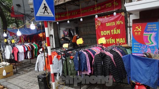 Đổ xô mua hàng thời trang 'giảm giá bom tấn' cuối năm ảnh 1