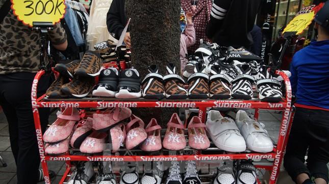 Đổ xô mua hàng thời trang 'giảm giá bom tấn' cuối năm ảnh 8