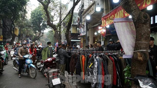 Đổ xô mua hàng thời trang 'giảm giá bom tấn' cuối năm ảnh 9