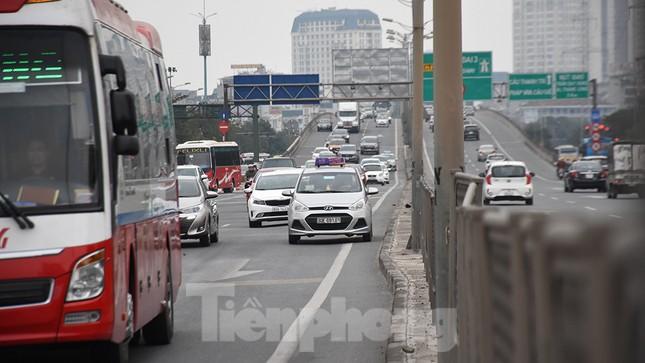 Người dân ùn ùn quay lại Thủ đô sau một tuần nghỉ Tết ảnh 3