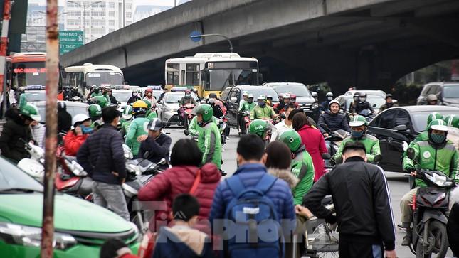 Người dân ùn ùn quay lại Thủ đô sau một tuần nghỉ Tết ảnh 4