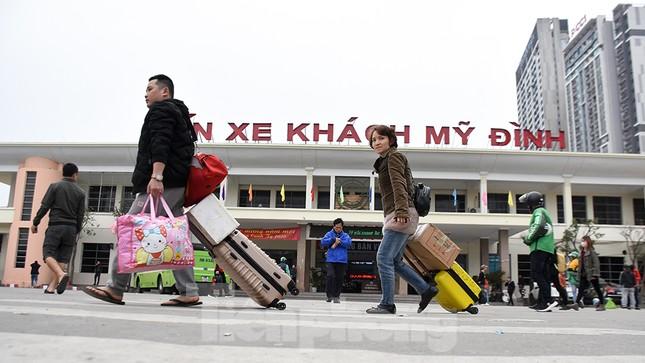 Người dân ùn ùn quay lại Thủ đô sau một tuần nghỉ Tết ảnh 5