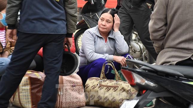 Người dân ùn ùn quay lại Thủ đô sau một tuần nghỉ Tết ảnh 6