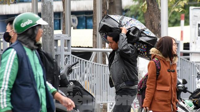 Người dân ùn ùn quay lại Thủ đô sau một tuần nghỉ Tết ảnh 7