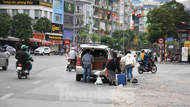 Người dân ùn ùn quay lại Thủ đô sau một tuần nghỉ Tết ảnh 8