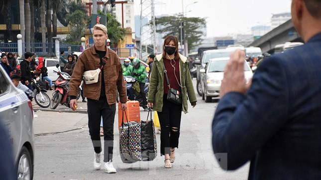 Người dân ùn ùn quay lại Thủ đô sau một tuần nghỉ Tết ảnh 9