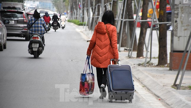 Người dân ùn ùn quay lại Thủ đô sau một tuần nghỉ Tết ảnh 12