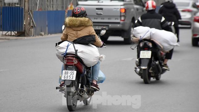 Người dân ùn ùn quay lại Thủ đô sau một tuần nghỉ Tết ảnh 15