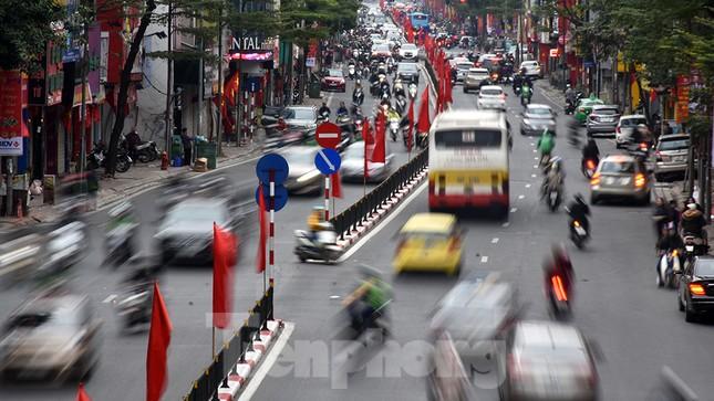 Người dân 'quên' đội mũ bảo hiểm khi tham gia giao thông vào những ngày Tết ảnh 1