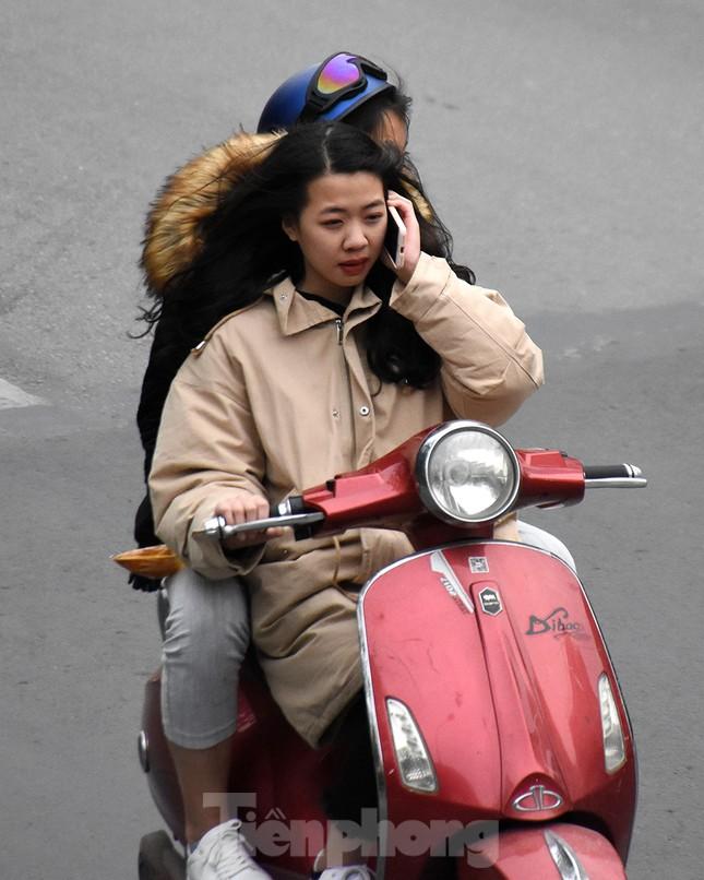 Người dân 'quên' đội mũ bảo hiểm khi tham gia giao thông vào những ngày Tết ảnh 2