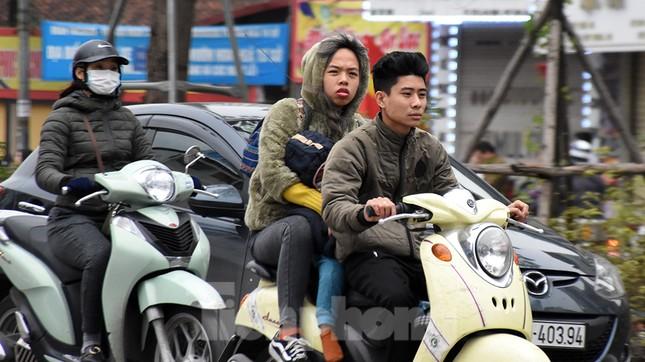 Người dân 'quên' đội mũ bảo hiểm khi tham gia giao thông vào những ngày Tết ảnh 4