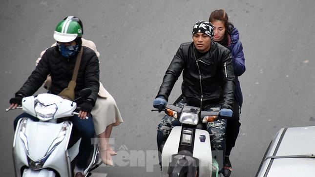 Người dân 'quên' đội mũ bảo hiểm khi tham gia giao thông vào những ngày Tết ảnh 5
