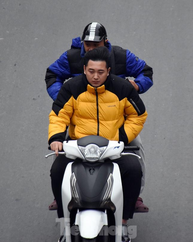 Người dân 'quên' đội mũ bảo hiểm khi tham gia giao thông vào những ngày Tết ảnh 6
