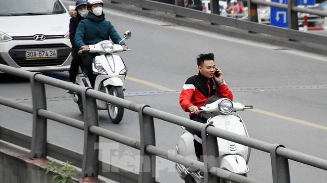 Người dân 'quên' đội mũ bảo hiểm khi tham gia giao thông vào những ngày Tết ảnh 7