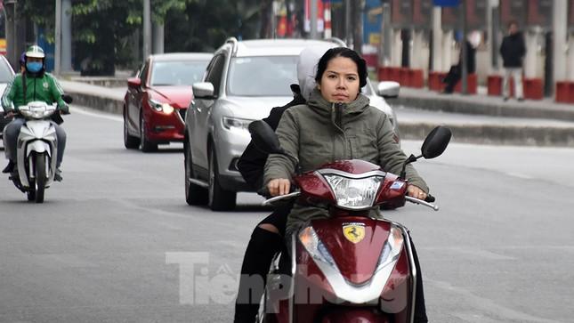 Người dân 'quên' đội mũ bảo hiểm khi tham gia giao thông vào những ngày Tết ảnh 8
