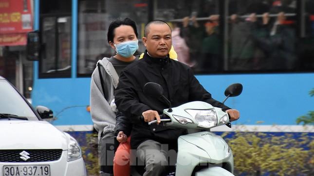 Người dân 'quên' đội mũ bảo hiểm khi tham gia giao thông vào những ngày Tết ảnh 9