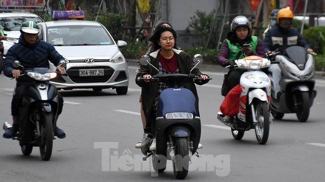 Người dân 'quên' đội mũ bảo hiểm khi tham gia giao thông vào những ngày Tết ảnh 10