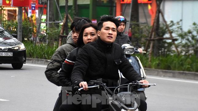 Người dân 'quên' đội mũ bảo hiểm khi tham gia giao thông vào những ngày Tết ảnh 11