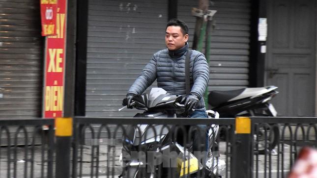 Người dân 'quên' đội mũ bảo hiểm khi tham gia giao thông vào những ngày Tết ảnh 12