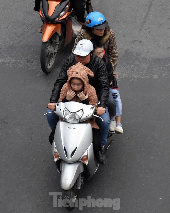 Người dân 'quên' đội mũ bảo hiểm khi tham gia giao thông vào những ngày Tết ảnh 13