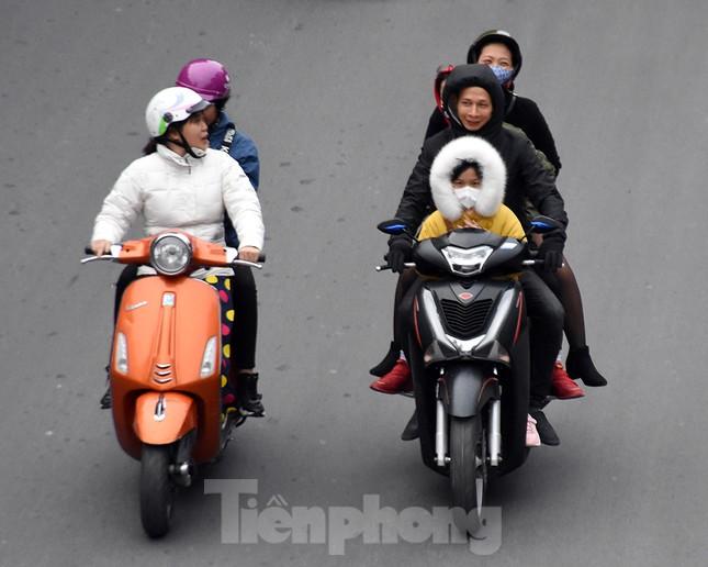 Người dân 'quên' đội mũ bảo hiểm khi tham gia giao thông vào những ngày Tết ảnh 14