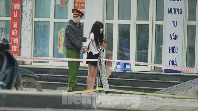 Cảnh sát kiên nhẫn thuyết phục cô gái định trốn khỏi chung cư cách ly ảnh 8
