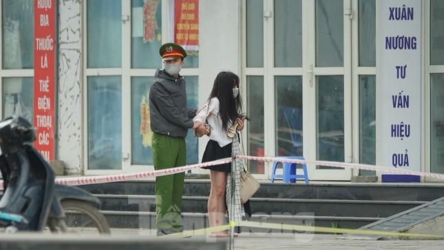 Cảnh sát kiên nhẫn thuyết phục cô gái định trốn khỏi chung cư cách ly ảnh 9