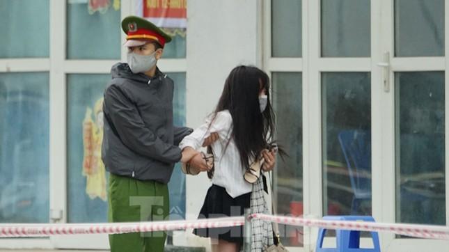 Cảnh sát kiên nhẫn thuyết phục cô gái định trốn khỏi chung cư cách ly ảnh 10
