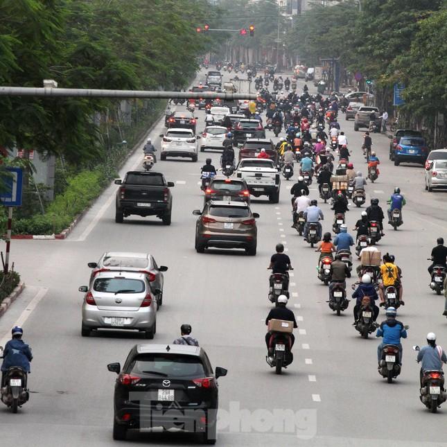 Người dân chủ quan, giao thông Hà Nội không có dấu hiệu 'cách ly toàn xã hội' ảnh 1
