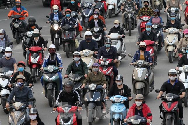 Người dân chủ quan, giao thông Hà Nội không có dấu hiệu 'cách ly toàn xã hội' ảnh 2