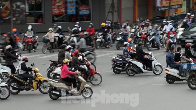 Người dân chủ quan, giao thông Hà Nội không có dấu hiệu 'cách ly toàn xã hội' ảnh 3