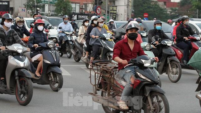 Người dân chủ quan, giao thông Hà Nội không có dấu hiệu 'cách ly toàn xã hội' ảnh 4