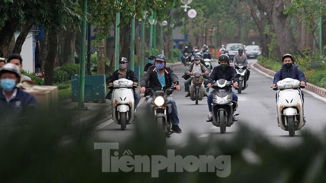 Người dân chủ quan, giao thông Hà Nội không có dấu hiệu 'cách ly toàn xã hội' ảnh 11