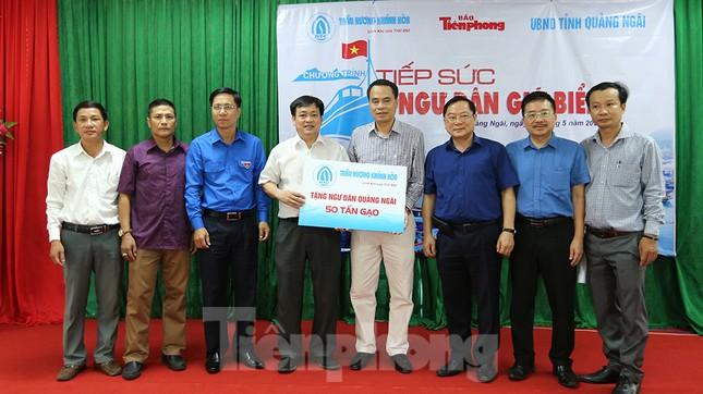 Trao tặng 50 tấn gạo cho ngư dân Quảng Ngãi ảnh 4