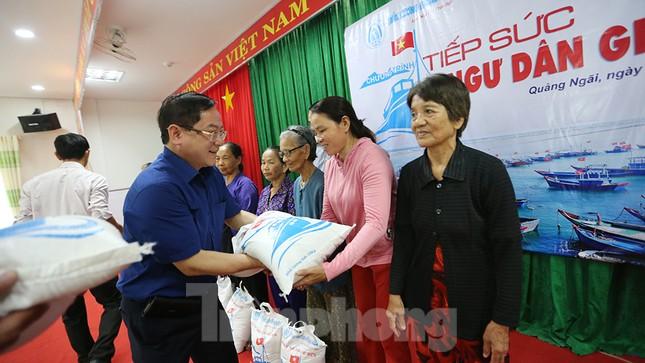 Trao tặng 50 tấn gạo cho ngư dân Quảng Ngãi ảnh 5
